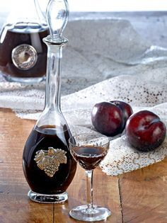 This is the best homemade plum liqueur - www. Coffee Vodka, Coffee Drinks, Olives, Cookbook Recipes, Cooking Recipes, Chocolate Fudge Frosting, Best Cocktail Recipes, Smoothie Drinks, Smoothies