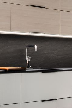 Linjakkaat ja modernit Lungo-vetimet sopivat täydellisesti minimalistiseen ja ajattomaan keittiöön! #Lungo #vedin #keittiö #suunnittelu #moderni #ajaton #toimivaankotiin #verkkokauppa #gripshop Sink, Kitchen, Home Decor, Sink Tops, Cuisine, Kitchens, Interior Design, Home Interior Design, Sinks