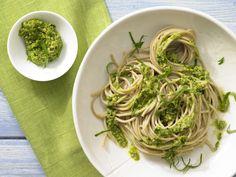 Fix serviert: vegetarische Vollkorn-Pasta mit kräftigem Kräuteraroma: Spaghetti mit Bärlauch-Mandel-Pesto - smarter - Kalorien: 467 Kcal - Zeit: 30 Min. | eatsmarter.de