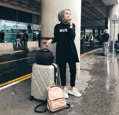 Best Tip to Style Hijab Outfit during Travel – Girls Hijab Style & Hijab Fashion Ideas Informations About Best Tip to Style Hijab Outfit during Travel – Girls Hijab Style & Hijab Fashi. Street Hijab Fashion, Muslim Fashion, Modest Fashion, Fashion Outfits, Casual Hijab Outfit, Hijab Chic, Ootd Chic, Womens Fashion Online, Latest Fashion For Women