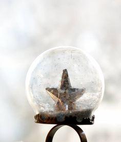 This fun starry DIY snow globe ring not only makes a great conversation piece but it also makes for a brilliant homemade Christmas gift idea! Last Minute Christmas Gifts, Handmade Christmas Gifts, Personalized Christmas Gifts, Popular Christmas Gifts, Homemade Christmas, Holiday Crafts, Diy Snow Globe, Snow Globes, Diy Jewelry Projects