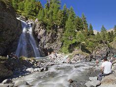Pronti per una gita in montagna alla Cascata di Val Nera? Escursione a Sondrio e provincia breve e senza difficoltà, adatta a famiglie e bambini.