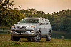 Lançadas recentemente, a Tyota Hilux e SW4 agora recebem opção de motor Flex com 163 cv de potência.  A Toyota Hilux e SW4 passam a ser comercializadas também na versão Flex, com o motor Dual VVT-i Flex 2.7L 16V DOHC de 163 cv de potência, quando abastecidos com etanol, e 159 cv com gasolina. O torque máximo é de 25 kgfm (com álcool e gasolina), sempre a 4.000 rpm.  Os dois modelos tem preços que variam de R$ 111.700,00 a R$ 131.200,00, para a Hilux, e de R$ 159.600,00 a R$ 164.900,00, para