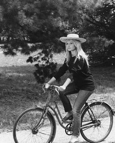 We love getting style inspiration from the one and only Brigitte Bardot. (Brigitte Bardot in A Very Private Affair, Bridget Bardot, Brigitte Bardot Young, Cycle Chic, Sexy Jeans, Old Hollywood, Hollywood Style, Hollywood Glamour, Anjou Velo Vintage, Jeans 501