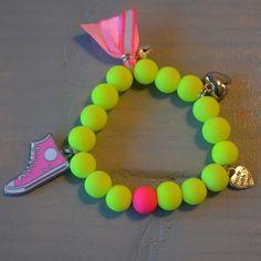 Armbandje neon geel met roze sneaker hanger | Welkom op Mirries.nl