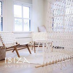 Wauw. Wat een heerlijk gedeelte van woonkamer. Mooi ingericht met twee witte Ushuaia loungestoelen. Strak en stijlvol tegelijk.   Heb je interesse in één van onze producten, een vraag of wil je een afspraak maken in de loods? Stuur dan een e-mail naar ibizaoutdoor@gmail.com en je ontvangt snel antwoord.
