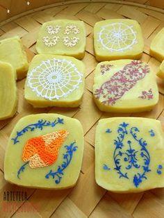 aggiungi cose sopra i saponi fatti in casa: idea regalo!    gift idea: roll embellishments onto homemade soap!