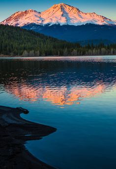 Mount Shasta n Lake Siskiyou, is located at de southern end of de Cascade Range in Siskiyou County, California_ USA California Love, California Travel, Northern California, California Republic, Monte Shasta, Clear Winter, Sunset Art, Forest Service, Cool Pictures