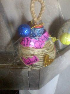 Para la seño, corte la parte superior de la botella, le puse de enganche eso tejido, arriba cables plasticos que encontre en la calle de los carteles. Restos de afiche rosa que use para envolver el regalito del dia del niño. Y los globitos bolitas de tergopol del cumpleaños de Rebe, imitando los globos de Jorge el Curioso.  Deseos de: PAZ; ALEGRIA- FELICIDAD;PROSPERIDAD; AMOR y SALUD