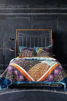 Une chambre bohème avec une tête de lit composée d'un cadre en bois .