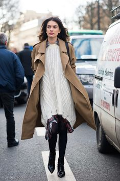 Such a cool look on Leila Yavari at the Carven show in Paris - and a good example of how grunge has been repurposed with a more sophisticated edge for 2015 Urban Fashion, Daily Fashion, Style Fashion, Leila Yavari, Style Snaps, Carven, Fashion Pictures, Knitwear, Latest Trends