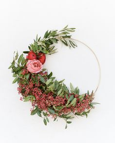 10 Modern Holiday Wreath Ideas that will add some charm to the classic wreath! These are beautiful DIY ideas for modern wreaths and holiday decor. Christmas Door Decorations, Holiday Wreaths, Christmas Holidays, Christmas Crafts, Homemade Christmas, Modern Wreath, Navidad Diy, Diy Wreath, Wreath Ideas