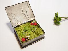 【mint】シャビーなブリキのbook型リングピロー中には鮮やかなモスとミントやベリーが隠れています敷き詰められたグリーンのふわふわモスは、プリザーブド加工さ...|ハンドメイド、手作り、手仕事品の通販・販売・購入ならCreema。