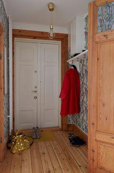 William Morris Wallpaper, Morris Wallpapers, Scandinavian Apartment, Scandinavian Interior, Amelie, De Gournay Wallpaper, Christmas Alone, Four Square Homes, Sweden House