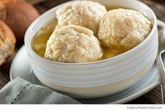 Kartoffeln waschen und in der Schale kochen. Anschließend pellen und in der Küchenmaschine zerkleinern. Butter, Ei und Mehl verrühren, mit Salz und Pfeffer abschmecken und mit den Kartoffeln vermengen. Aus der Kartoffelmasse Klöße formen, im Mehl wälzen, in das bereits kochende Salzwasser geben und 10 Minuten kochen. Die Karottenscheiben in der Fleischbrühe 5-8 Minuten kochen.