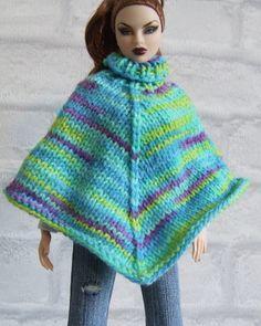 Poncho gebreid van gemeleerde wol in de kleuren groen, blauw en paars
