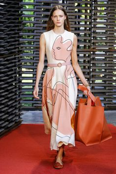Roksanda Spring 2019 Ready-to-Wear Fashion Show Collection: See the complete Roksanda Spring 2019 Ready-to-Wear collection. Look 23 Women's Dresses, Vogue Fashion, Fashion Women, Cheap Fashion, High Fashion, Fashion Show Collection, Couture, Latest Fashion Trends, Beautiful Outfits