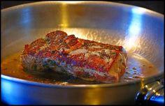 Das Rosmarin-Balsamico-Schweinefilet stammt ursprünglich aus einer uralten Essen&Trinken-Ausgabe und ist im Internet inzwischen weit verbreitet. Das liegt nicht nur daran, dass es extrem einfach zu ma