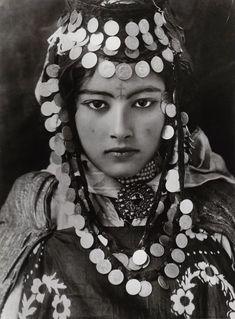 Tunus'ta genç bir Berberi kadın, 1900'lerin başları.