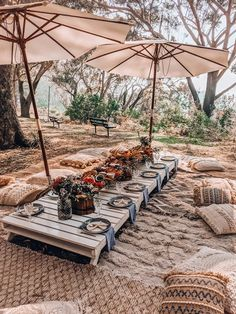 Picnic Style, Picnic Set, Picnic Ideas, Beach Picnic, Outdoor Picnic Tables, Outdoor Dinner Parties, Backyard Picnic, Picnic Table Decorations, Creative Business