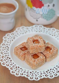 Petits fours aux sésames, sesame cookie Easy Pastry Recipes, My Recipes, Baking Recipes, Biscuit Cookies, Cake Cookies, Sesame Cookies, Cookie Crumbs, Cookie Desserts, Recipes