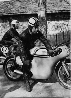 PHOTOS de COURSES 1950 / 1960 – Le Blog de François Fernandez Bugatti, Norton Manx, Norton Motorcycle, Black And White Pictures, Courses, Racing, Vintage, Classic, Vehicles