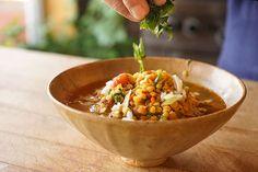 Une soupe réconfortante… et un excellent moyen de passer les légumes qui traînent dans le réfrigérateur! Ingrédients 4 c àsoupe d'huile d'olive 1 c à soupe depanch phoran 1 oignon, haché 1 branche de céleri 1 chile poblano, en dés ou 1 poivron, en dés 2 c à soupe depaprika fumé ou pasilla de Oaxacaen …