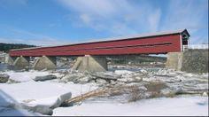 Le pont Perrault est construit en 1929. En 1999, le ministère des Transports condamne l'accès au pont, dont la structure en bois est trop détériorée. Un comité de sauvegarde est fondé en 2001 et la structure est restaurée en 2003. Le pont sert maintenant à la circulation piétonne et cycliste. Parmi les plus longs ponts couverts du Canada, il enjambe la rivière Chaudière, à Notre-Dame-des-Pins.  Photo : Jean-François Rodrigue 2004 © Ministère de la Culture et des Communications Covered Bridges, Marina Bay Sands, Canada, Architecture, Building, Outdoor Decor, Nature, Travel, Space Travel