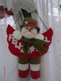 Pri by Ricos Artesanato em feltro: Mais Natal Felt Christmas Decorations, Christmas Ornaments To Make, Christmas Fabric, Christmas Snowman, Christmas Projects, Handmade Christmas, Holiday Crafts, Christmas Wreaths, Christmas Crafts