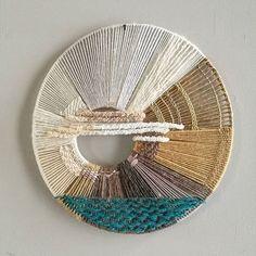 Любите ли вы море так, как люблю его я? 🙂 Для меня это источник, из которого я черпаю вдохновение! Я заряжаюсь мощной позитивной энергией, когда приезжаю на свидание к нему!  На фото ещё одна, вдохновленная морем моя работа! Как вам? Weaving Wall Hanging, Weaving Art, Tapestry Weaving, Loom Weaving, Weaving Projects, Macrame Projects, Macrame Patterns, Weaving Patterns, Circle Loom