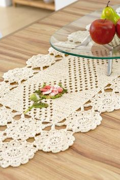 Crochet is one of the most versatile crafts to decorate the home. You can use it to make rugs, tablecloths or simply a crochet centerpiece to match the Crochet Needles, Thread Crochet, Love Crochet, Filet Crochet, Beautiful Crochet, Crochet Table Runner Pattern, Crochet Tablecloth, Crochet Doilies, Crochet Lace