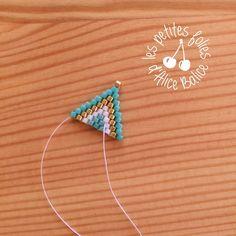 Tutoriel : Tissage brick stitch - Level 1 - Alice Balice - couture et DIY loisirs créatifs Diy Seed Bead Earrings, Beaded Earrings, Earrings Handmade, Seed Beads, Beaded Bracelets, Beading Patterns Free, Beading Tutorials, Earring Tutorial, Geometric Designs