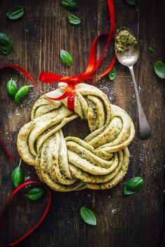 Braided Pesto Bread Braided pesto bread (an edible wreath) using a simple pizza dough. Perfect for the Christmas table. Christmas Bread, Noel Christmas, Christmas Baking, Holiday Bread, Xmas, Healthy Dessert Recipes, Desserts, Baking Recipes, Sweets Recipes