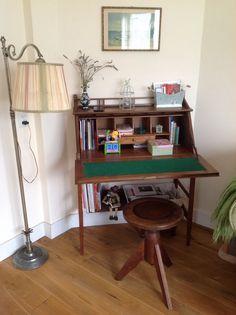 Gezellige werkplek in mijn kleine woonkamer. Secretaire, pianokruk, schemerlamp. Vintage, brocante