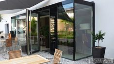 Hier haben wir den Eingangsbereich der J. Heinrich Weine im Burgenland mit einem Wintergarten aus Nurglas stylisch geprägt. Die rahmenlosen Nurglaselemente ermöglichen maximale Blickfreiheit. Zum Einsatz kommt eine 2-fach Isolierverglasung mit einem Wärmedurchgangskoeffizienten von 1,1W/m²K Modern, Room, Design, Furniture, Home Decor, Fine Dining, Winter Garden, Nice Asses, Bedroom