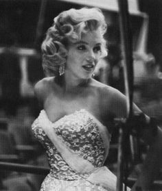 """Marilyn Monroe on the set of the Jack Benny show to promote """"Gentlemen Prefer Blondes"""" Marylin Monroe, Marilyn Monroe Photos, Hollywood Glamour, Classic Hollywood, Old Hollywood, Gentlemen Prefer Blondes, Actrices Blondes, Most Beautiful Women, Beautiful People"""