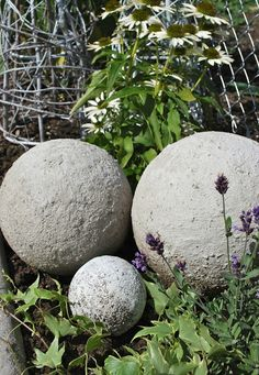 Betonkugeln im neuen Blumenbeet