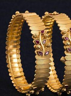Gold Ring Designs, Gold Bangles Design, Gold Earrings Designs, Gold Jewellery Design, Real Gold Jewelry, Gold Jewelry Simple, Gold Mangalsutra Designs, Look Chic, Bracelets