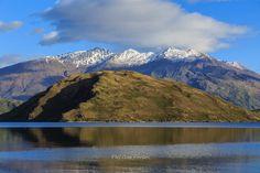 Lago Wanaka, na região de Otago, no sul da ilha do Sul, Nova Zelândia. Está a 300 m de altitude e tem uma área de 192 km², o que o torna o quarto maior lago da Nova Zelândia. Estima-se que tenha mais de 300 m de profundidade.  Texto: Wikipedia. Fotografia: Phil Copp no Flickr.