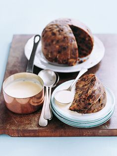 classic christmas pudding ♡ INGREDIENTS ¼ cup sultanas ½ cup currants ¾ cup chopped pitted dried dates ½ cup slivered almonds ½ teaspoon mixed spice ⅓ cu. Mini Christmas Cakes, Christmas Deserts, Christmas Lunch, Christmas Baking, Christmas Goodies, Christmas Decorations, Traditional Christmas Pudding Recipe, Xmas Pudding, Delicious Desserts