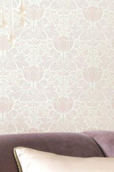 I fiori Art Nouveau in delicato rosa e bianco perlato su una base morbida bianco crema sono lo sfondo perfetto per lussuose idee di arredamento di interni che esplodono di eleganza e un pizzico di romanticismo. Il motivo scintillante genera effetti incantevoli. Wallpaper Art Deco, Moody Wallpaper, Eclectic Wallpaper, Wallpaper Samples, Geometric Wallpaper, Fabric Wallpaper, Pattern Wallpaper, Flores Art Nouveau, Art Nouveau Flowers