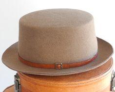 Articoli simili a Accessori Gaucho cappello autunno moda maschile feltro  cappello 1940s vestito cappello cappello Boater cappello Hat Canotiers  Bolero ... 53b24c9d1519