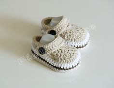 chaussons bébé type crocs (beige, + une paire de barrettes marron)