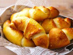 食通のためのグルメメディアdressing「dressing編集部」の記事「パリッとムッチリ食感がたまらない! 発酵なしですぐに作れる「塩パン」レシピが簡単でおいしすぎ」です。