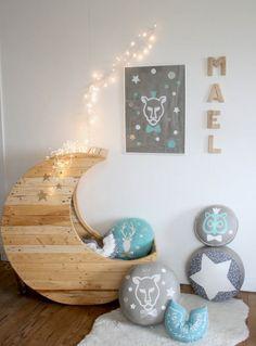 Cuna en forma de luna hecha con palets de madera