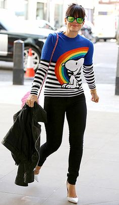 Lily Allen most definitely turned heads in her colorful Snoopy sweater, not to mention her shades with neon green flash lenses! Lily Allen, Quirky Fashion, Daily Fashion, Petite Fashion, Celebrity Pictures, Celebrity Style, Snoopy Sweater, Nerd, Queen