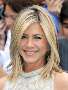 medium-length-hairstyle-jennifer-aniston.jpg 420×560 pixels