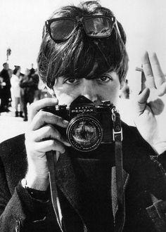 Paul Mccartney, con otra Pentax, no iba a ser menos que John Lennon Foto Beatles, The Beatles, Beatles Photos, Beatles Songs, Ringo Starr, George Harrison, Paul Mccartney, John Lennon, Rock Music