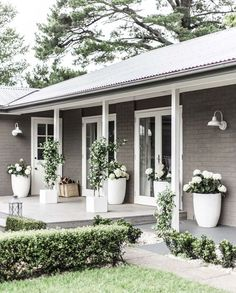 Facade house, exterior house colors и exterior barn lights. Painted Brick House, House Front, Front Porch Decorating, House Exterior, Exterior Design, Brick, Exterior Barn Lights, House Painting, House Paint Exterior