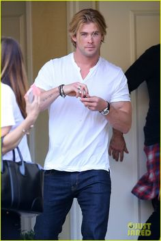 Chris Hemsworth Lets His Muscles Bulge Out of His White Tee | chris hemsworth lets his muscles bulge out of his white tee 09 - Photo